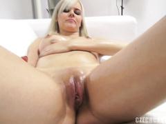 Симпатичная Катерина показывает свое тело в смазке