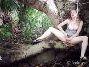 Рискованная мастурбация на природе