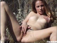 Длинноногая нудистка мастурбирует на свежем воздухе