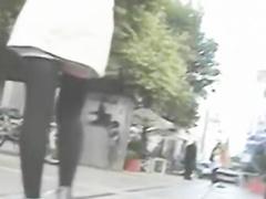 Красивая киска на скрытую камеру под юбкой