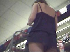 Подсматриваем под платье милой стройняшке