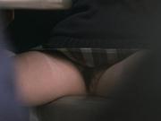 Азиатка мельком показала узкую дырочку парням в баре