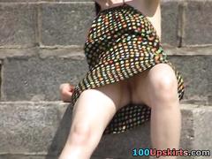Женщина с лысой киской отдыхает в платье сидя