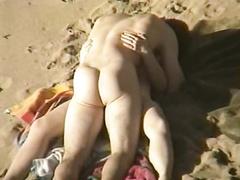 Молодые пары занимаются сексом на берегу моря