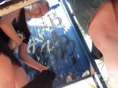 Переодевание в пляжной кабинке на скрытую камеру
