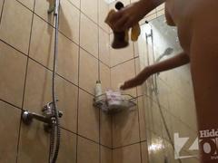 Худышка настраивает температуру воды в душ