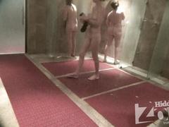Четыре женщины моются в душе позируя на камеру