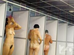 Три сучки на скрытую камеру моются в душевой