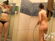 Подруги вместе пошли в душ и быстро освежили свое тело