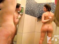 Сексуальные брюнетки на камеру принимают душ вчетвером