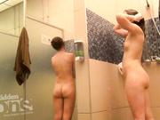 Голые попки брюнеток в душе со скрытой камерой