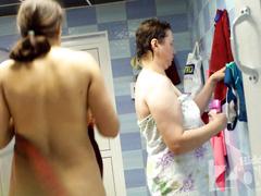 Заходя в душ женщины вешают одежду на крючки