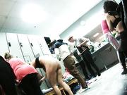 Женщина ждет в раздевалке когда освободится шкаф