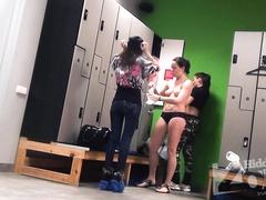 Несколько молодых девушек попались с голыми сиськами