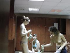 Девушки с голыми сиськами в раздевалке 2
