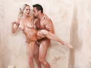 Белокурая красотка пригласила своего любовника принять душ вместе