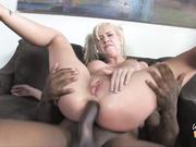 Мать с балованной дочкой трахаются с копом в кабинете