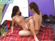 Пара студентов занимаются сексом в палатке