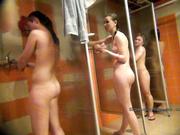 Девка снимает подруг на скрытую камеру в душе