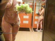 Женская душевая в подробной съемке скрытой камерой