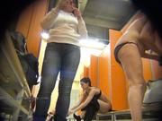 Скрытое наблюдение за обнаженными женщинами в раздевалке