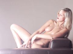 Красивая мастурбация прозрачным фаллосом на камеру