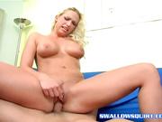 Развратная крошка блондинка сквиртует от анального секса