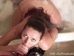 Мать принимая ванную не заметила, как вошел сын для секса