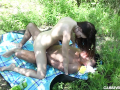 Кончил в киску трахая свою телку в лесу