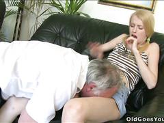 Молодая девушка вынуждена подчиниться и трахаться со стариком