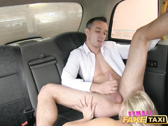 Зрелая таксистка трахается в машине с пассажирами