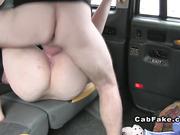 Таксист трахает толстуху и кончает на лицо