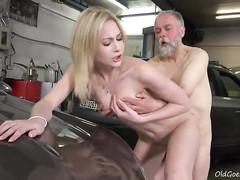 Старый автомеханик дрючит сучку в гараже