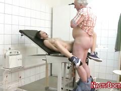 Старый гинеколог полечил молодую пациентку