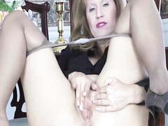 Бабулька мастурбирует в колготках сидя на стуле
