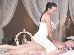 Девушка массажистка воспользовалась членом клиента
