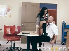 Сиськастая брюнетка вынудила мужика агрессивно с ней трахаться