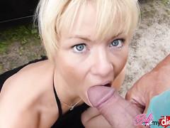 Длинноногая блондинка сексуально шалит с кавалером