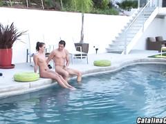 Вытащил голую жену из бассейна чтобы потрахать