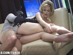 Бэтмен и гламурная блондинка спариваются на диване