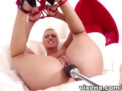 Чувак связал блондинок и удовлетворяет их секс машиной