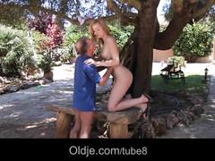 Молодуха пристала к деду в парке и получила его елдак