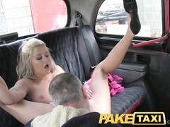 В такси водитель поебал стонущую во весь голос блондинку