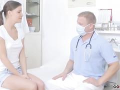 Гинеколог на кресле засунул болт в пещерку пациентки