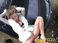 Таксист натягивает блондинку на капоте машины