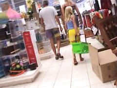 Подсмотрел под юбке девке в магазине
