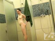 Направила камеру чтобы записать как подмывается подружка