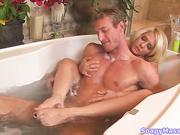 Блондинка, умея пользоваться своим сексуальным телом, доставляет мужчине и себе оргазм после массажа