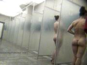 Молодая женщина с аппетитной попкой принимает душ