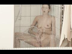 Подружка в душе играет клитором напором с пальчиками
